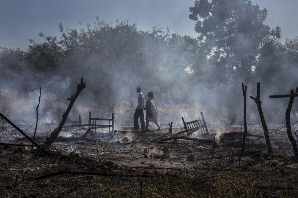 Camille Lepage - una coppia attraversa le macerie dopo un bombardamento