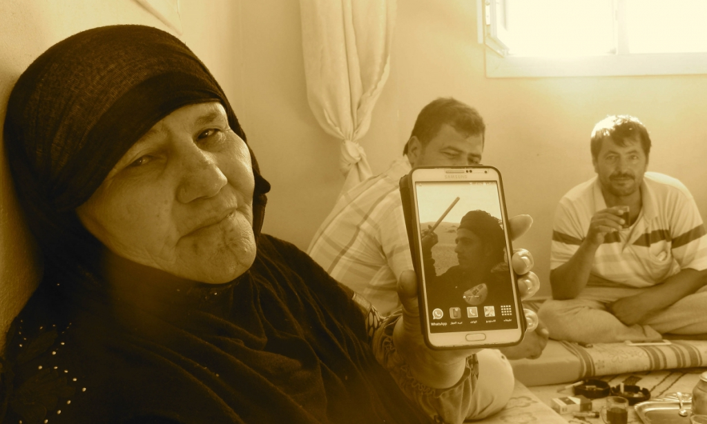 Shelly Kittleson - una madre mostra la foto del figlio caduto in guerra