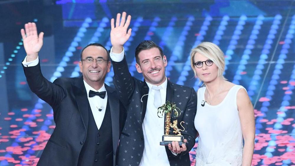 Il vincitore Francesco Gabbani con Carlo Conti e Maria De Filippi